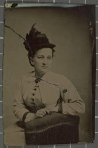 Retrat d'estudi d'una dona asseguda.
