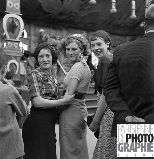 Gaston Paris - Young women at a fair 1935